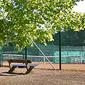 terrain de tennis et banc